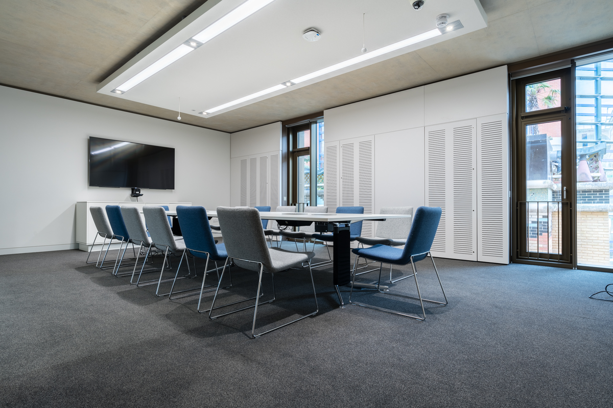 Cambridge University - Judge Business School - Meeting room furniture